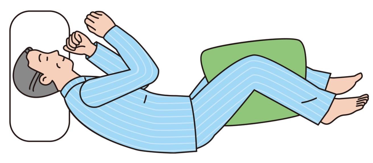 枕を挟んで横向きに寝る
