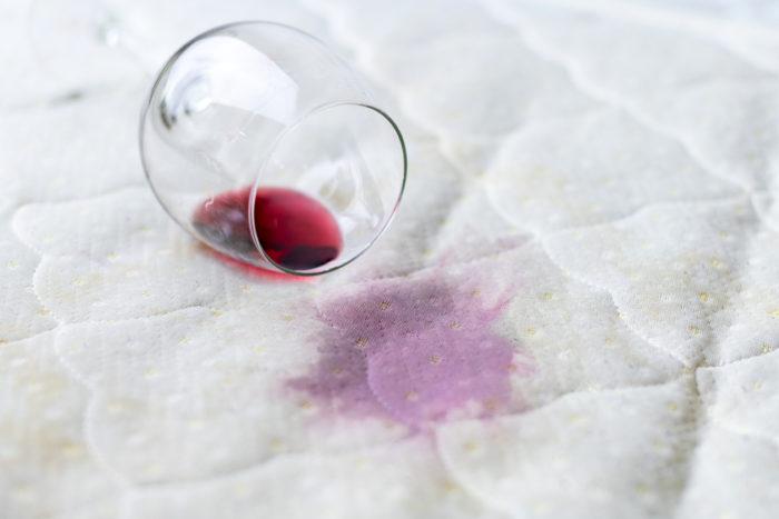マットレスにワインをこぼして汚す