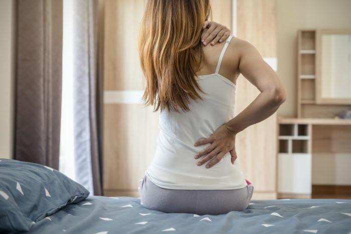 マットレスで寝ると肩と腰が痛い女性