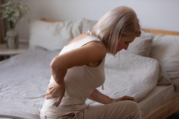 マットレスで寝ると腰が痛い高齢者
