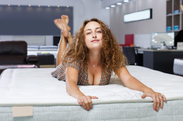 マットレスに寝る女性