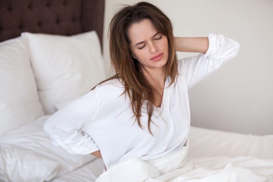 マットレスで寝ると体が痛い女性
